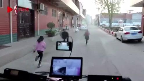 """孩子们奔跑给消防车带路救火 被称为""""最可爱的引路人"""""""