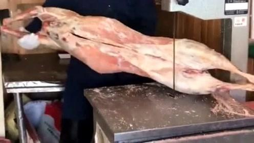 锋利无比的刀来切割羊肉,整只羊瞬间被分解,太危险了