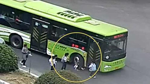 小学生追赶公交被卷入车轮,警方:事发前有车辆违停公交站点