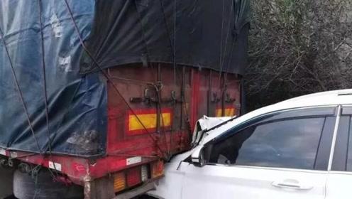 """高速疲劳驾驶,越野车头""""钻""""进货车尾部被拖行3.6公里"""