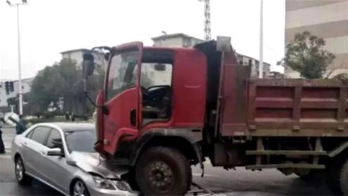 """货车撞倒护栏""""骑""""上奔驰车头 监控拍下恐怖瞬间"""