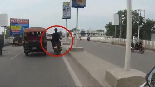 摩托车技术就服这位男子,车流中乱窜毫发无损,厉害了