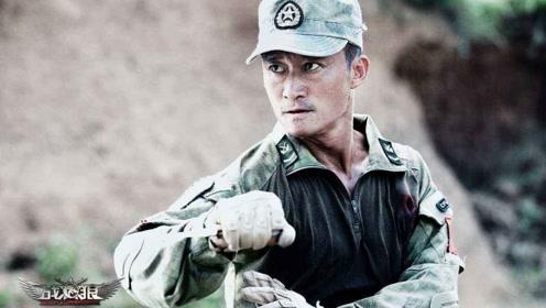 战狼2:冷锋身处险境,被大使馆武警救下,他们的胸章亮了