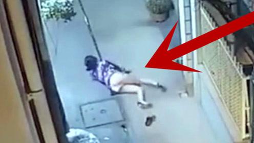 深夜短裙美女刚到家门口,男子突然动手将她摁倒,监控拍下全程!