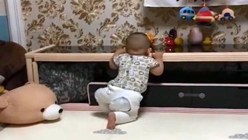 小萌娃咬桌子被爸爸打屁股,挨打后跑路,接下来的反应真太逗