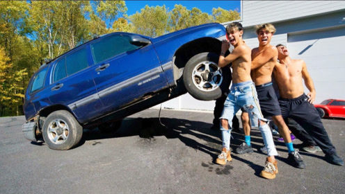 双胞胎兄弟的终极挑战,看谁能抬起汽车!网友:能抬动算我输!