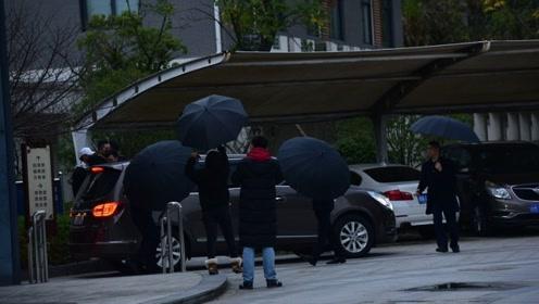 疑高以翔家属现身殡仪馆 工作人员打黑伞遮面容