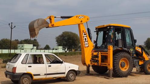 老外嫌弃报废汽车,直接开挖掘机碾成渣,这技术在蓝翔进修过?