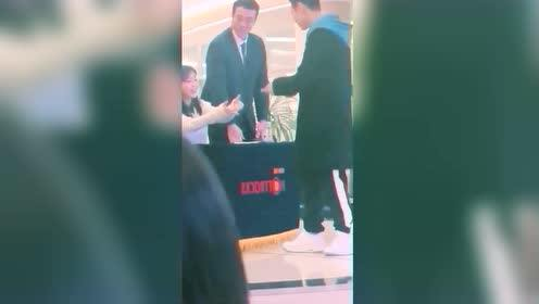 IU求握手竟被男粉丝拒绝,这个耿直BOY竟是以为…
