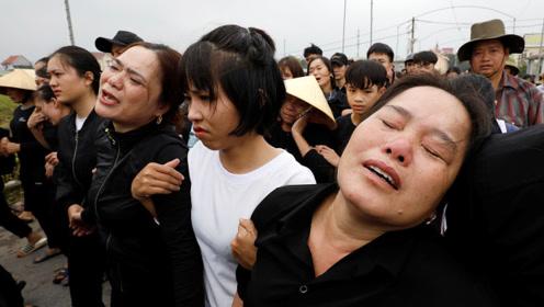 现场!英国货车惨案16具遇难者遗体运回越南 亲友悲伤痛哭
