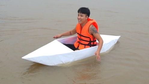 小伙用纸做船 ,悠哉悠哉漂浮在水面上,简直太舒畅了!