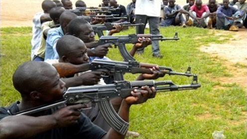 """每年死在""""枪王之王""""AK47下竟有25万人!不愧为最经典的反派枪"""