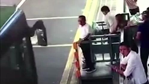 故意杀人罪!公交车进站男子竟伸脚将八旬老人踹下站台!监控记录可怕全过程