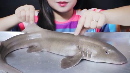 小姐姐吃清蒸鲨鱼,鲜嫩的鱼肉,有大海的味道吗?