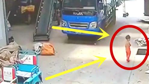 2岁女童独自在街上溜达,突然一声尖叫消失无踪,调看监控父母腿软!