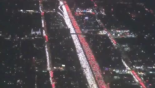 堵到车主们怀疑人生,红色是车尾灯,白色是车头灯!