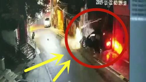 一奥迪撞毁围墙电线杆,车头面目全非,司机弃车逃逸