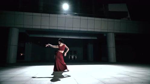"""傣妹一招""""三道弯""""犹如惊鸿,舞蹈看出傣乡情!"""