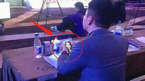 刘强东会议中玩手机,不料被摄影师拍下,手机屏幕画面让人想不到