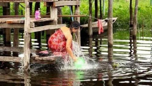中国小伙到缅甸旅游,走到河边看到这一幕,立即羞红了脸