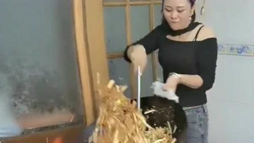 今天刚请来的美女厨师,看到她颠勺的技术后,我果断把她留下了!
