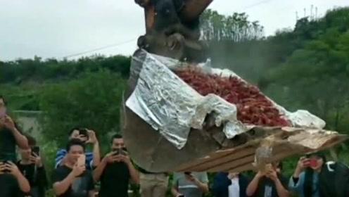吃个小龙虾而已,连挖掘机都派上场了,这场面大概是全村人都来了吧!