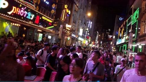 东莞的一条巷子里,到了晚上和泰国一样,男人一到晚上络绎不绝