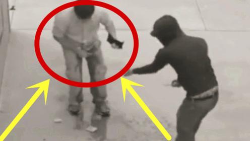 爆笑!蠢贼抢劫遇上怂包,当场吓尿裤,画面太尴尬!