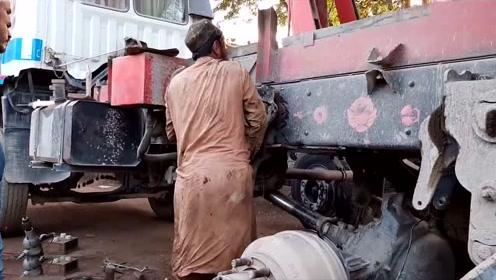 看看印度维修工修复翻斗车底盘,网友:这效率要是搁在中国得饿死