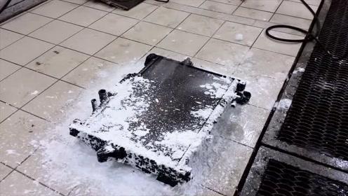 高压水枪泡沫清洗沾满油污的散热片,清洗过后看起来和新的一样
