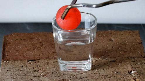浓硫酸的腐蚀性有多强?1000度小铁球扔进去,下一幕意想不到