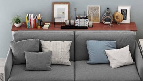 把沙发往前挪10厘米,放一个置物架进去,实用美观还不占地方