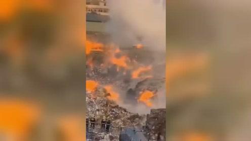 扑救7小时!东莞一纸业废纸料场起火 现场被烧成废墟