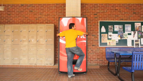 老外街头开脑洞,发明不收钱的自动贩卖机,一个抱弹出罐可乐!