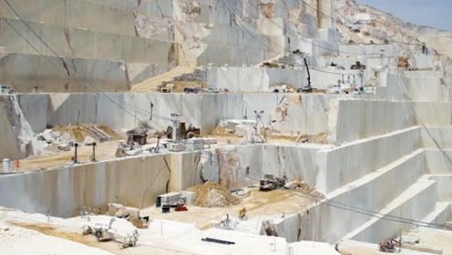 世界顶级大理石采矿现场,纯度相当高,摆在地上就像一块块豆腐