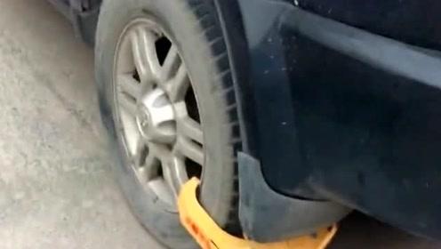 这就是胡乱停车的下场,连备胎都给你锁起来,看你还能怎么动车!