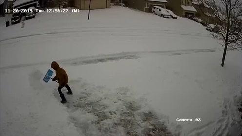 小男孩主动帮忙铲雪 最后崩溃倒在雪堆里