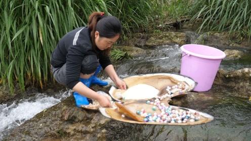 大姐小河中捡到20年久的大河蚌,不料打开一看,竟还有惊喜!