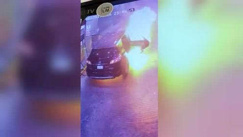 监控实拍男子为爱车自助加油 只因一个原因车子瞬间起火