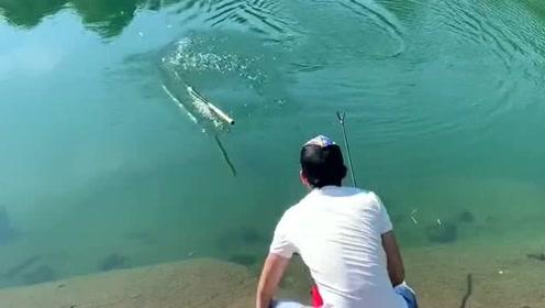 跟大哥一起到河边钓鱼,本想点上一支烟摆摆架势,没想到接下来郁闷了!