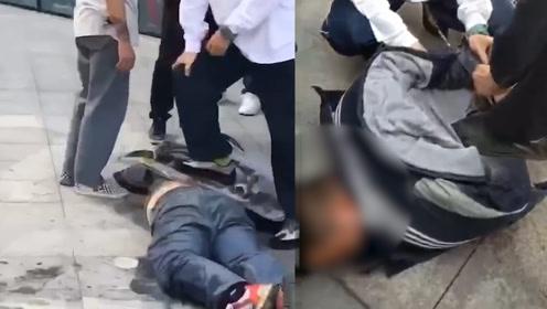 男子闹市骚扰女性 成都这群滑板少年提板相助 将其控制