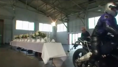 骑摩托车抽掉餐布,餐具还会原地不动?老外用实验告诉你真相!