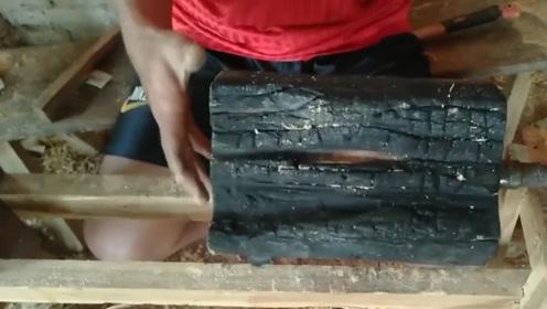 烧成木炭的木头还能做木雕吗?老外从火里捡了块出来,猜不到结局