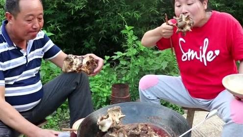 胖妹买8斤牛骨做火锅,大骨头一人一个抱着啃,老爹和胖妹吃相有一拼