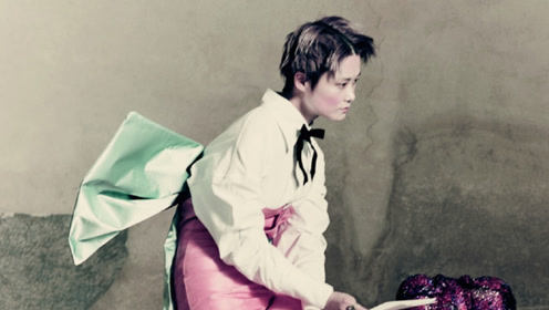 李宇春中分湿发造型诠释当代朱丽叶 欧式衬衣体现古典美