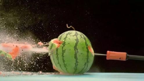 老外挑战高压水枪切苹果,真能切成两半吗?镜头拍下全过程