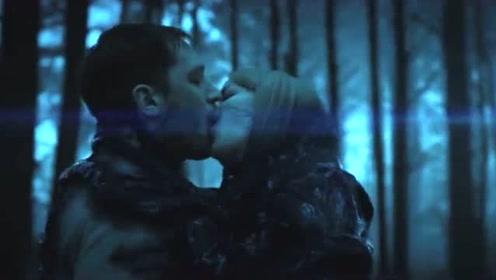 毒液附身美女,成功救出埃迪,不料毒液用接吻的方式回到埃迪身上