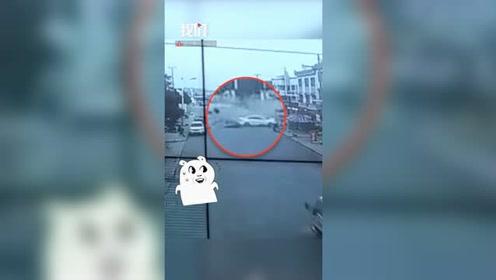 广西富川一轿车在急弯处连撞数车:有车辆起火燃烧 一鱼贩受伤