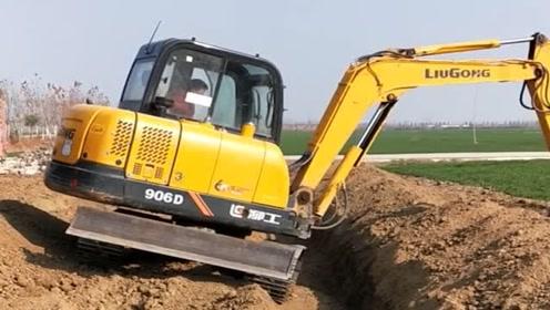 师傅教徒弟开挖机,要不是师傅在旁边指挥,估计就翻车了