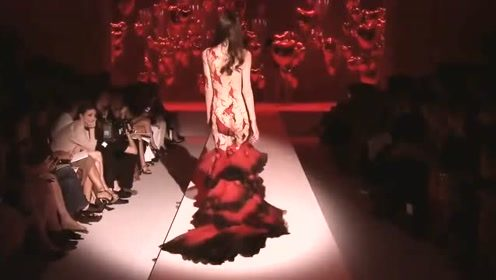 这样的设计我还是第一次见,妖治红色礼裙,彰显完美无痕!